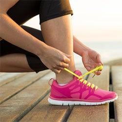 Как завязывать шнурки с животом?
