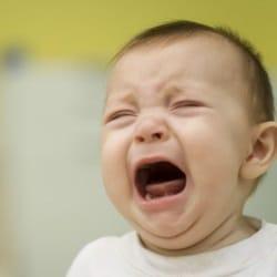 Как поступить, если малыш плачет при расставании с родителями?