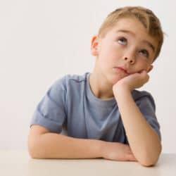 Детская скука: как помочь скучающему ребенку?