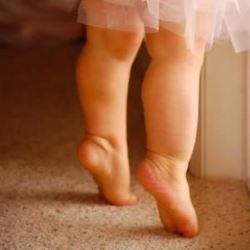 Что делать, если ребенок ходит на цыпочках?